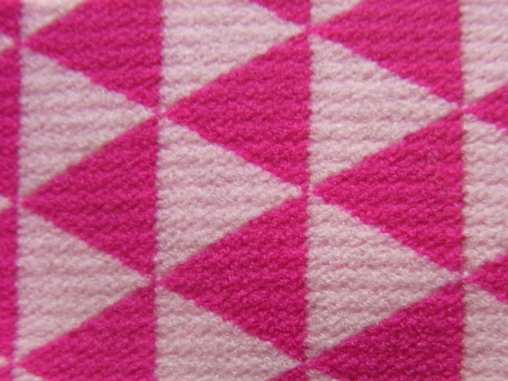 ピンクの鱗模様のゴムひも