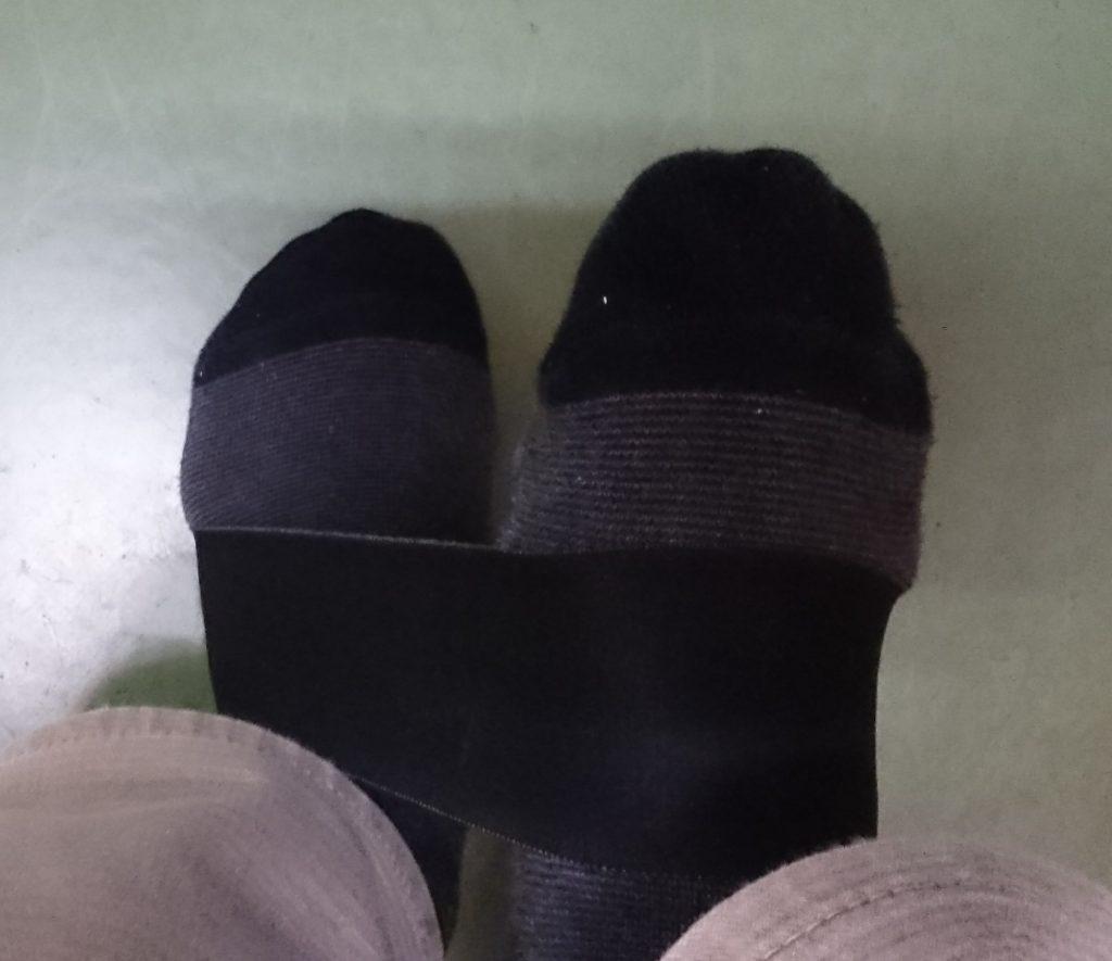 片方の足先を床につけ、もう片方の足先を持ち上げる